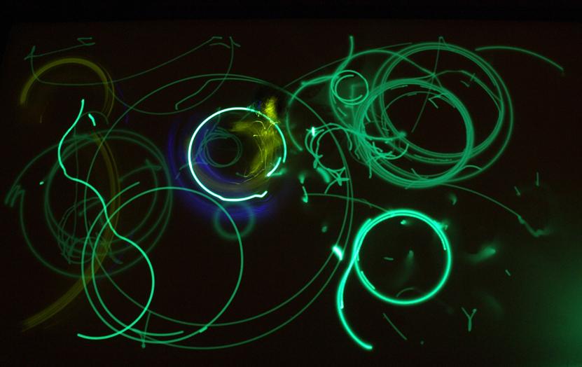 LumiBots - это стая маленьких автономных роботов, которые реагируют на свет.  Их хвостики оснащены ультрафиолетовым...