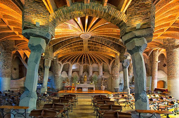 Интерьер церкви Колонии Гуэля