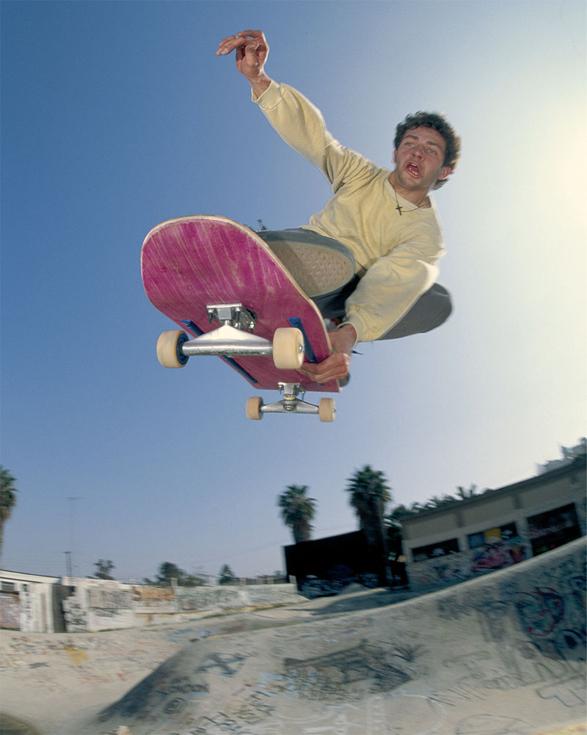 Фотография скейтбордиста, сделанная Спайком Джонсом в период работы в журналах.