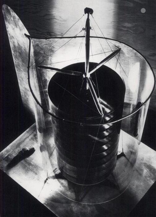 """Модель 10-палубного здания """"Обтекамое жилье Димаксион"""", 1932 год."""