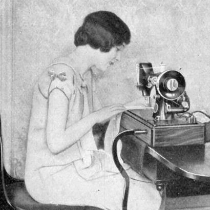 Женщина за швейной машинкой Singer, 1920