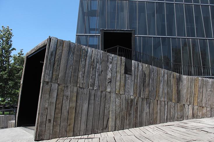 """Вход в башни """"Сиамские близнецы"""" в Сантьяго, архитектор Алехандро Аравена"""