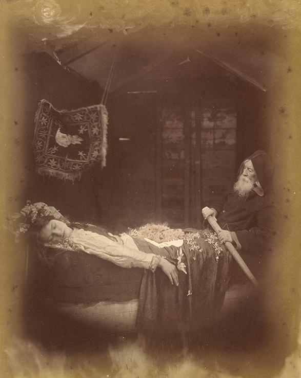 """Элейн и ее слуга в лодке. Фотоиллюстрация Джулии Кэмерон к поэме """"Ланселот и Элейн"""""""