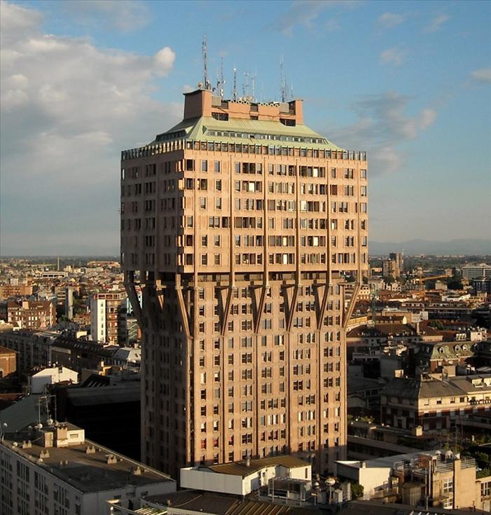 Небоскреб Torre Velasca в Милане. Архитектор Эрнесто Роджерс, 1958