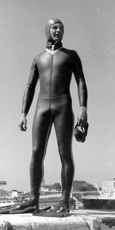 Ив Омер в водолазном костюме