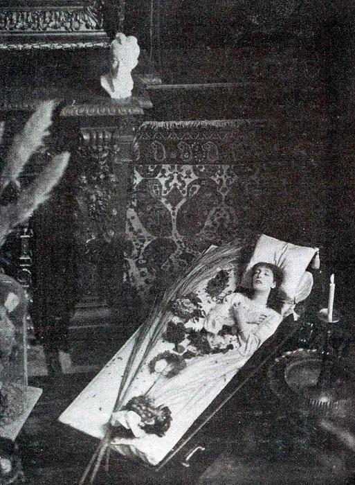 Сара Бернар в гробу